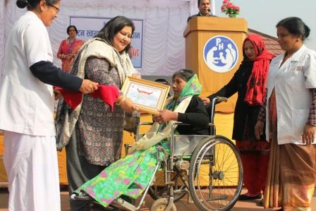 VC giving away token of love - 9th PAHS Day